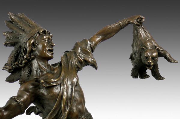 Bronzeskulptur - Indianer mit jungem Bären von Carl Kauba