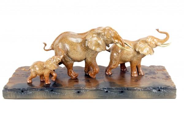Elefantenfamilie in Bronze auf Schiffsbohle - Tierskulptur von Milo
