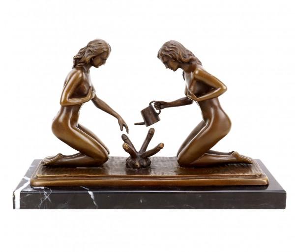 Erotik Skulptur - Sexy Gärtnerinnen beim Phallusgießen - signiert Milo