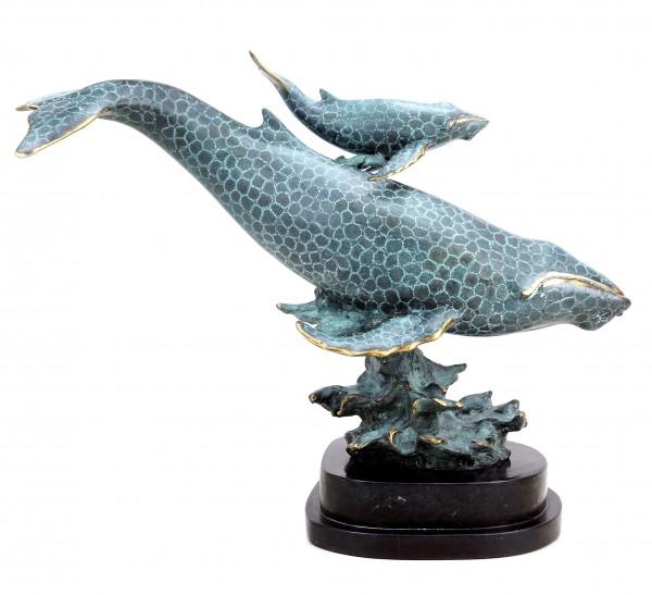 Moderne Bronzeskulptur - Blauwalmutter mit Kind - signiert Milo