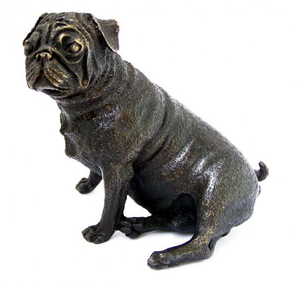 Kleiner sitzender Mops - Tierbronze Skulptur - Wiener Bronze