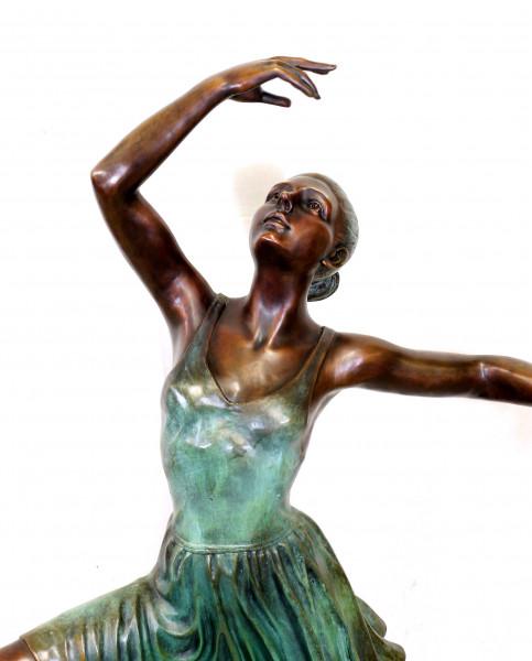 Moderne Großskulptur Ballerina - Tänzerin, signiert Edgar Degas