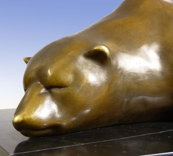 Große Bronze-Tierskulptur - Ruhender Eisbär - auf Marmorsockel