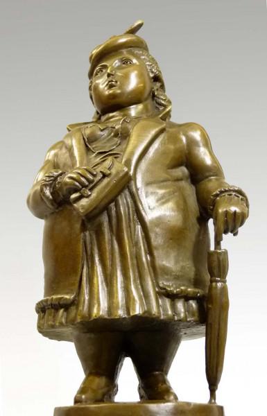 Moderne Bronzeskulptur - Üppige Dame, stolzierend - von Botero