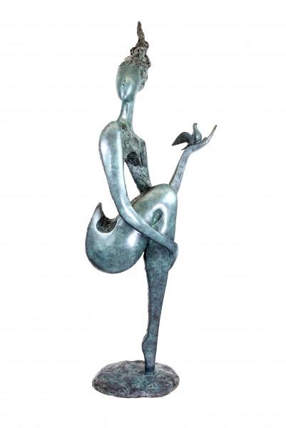 Limitierter Bronze Akt mit Taube - Große Gartenskulptur - Martin Klein