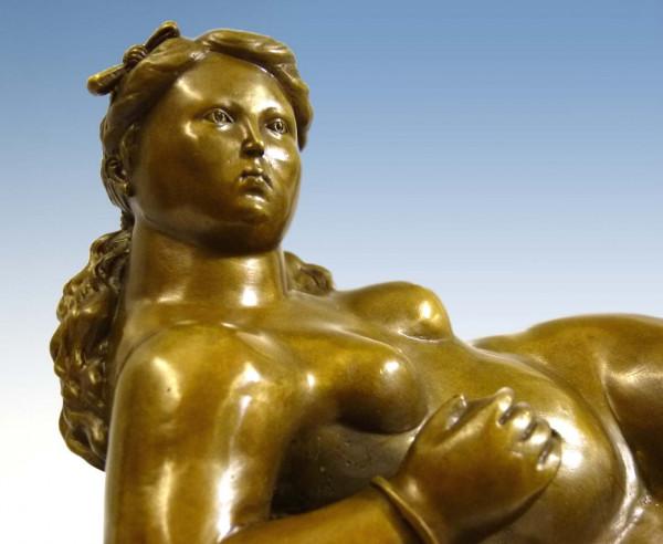 Voluminöser Bronzeakt - Liegende Frau mit Äpfeln, nach F. Botero