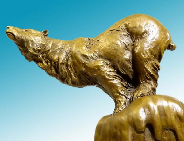 Kraftvolle Tier-Bronzefigur - Eisbär auf Fels