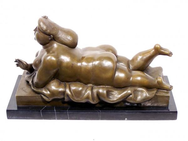 Modern Art Bronze - XXL Smoking Woman von Botero signiert