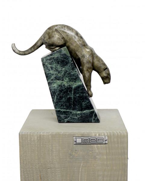 Schleichender Panther - Moderne Tierskulptur, sign. A. Stevens