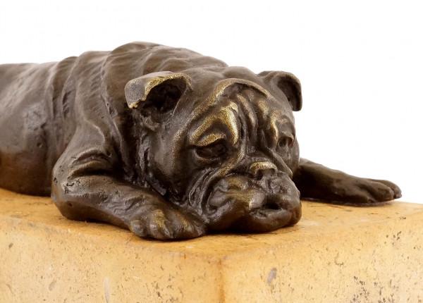 Britische Bulldogge auf gelbem Natursteinsockel - Bronzefigur