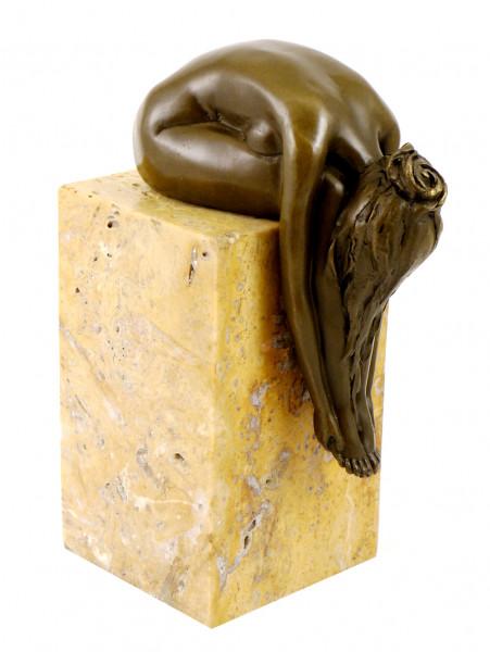 Bronze-Plastik - Gebeugte Frau auf Marmorsockel - sign. Milo