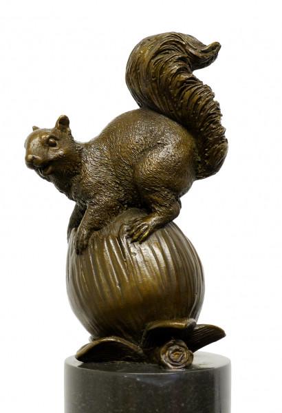 Moderne Kunst Tierskulptur - Eichhörnchen mit Nuss - sign. Milo