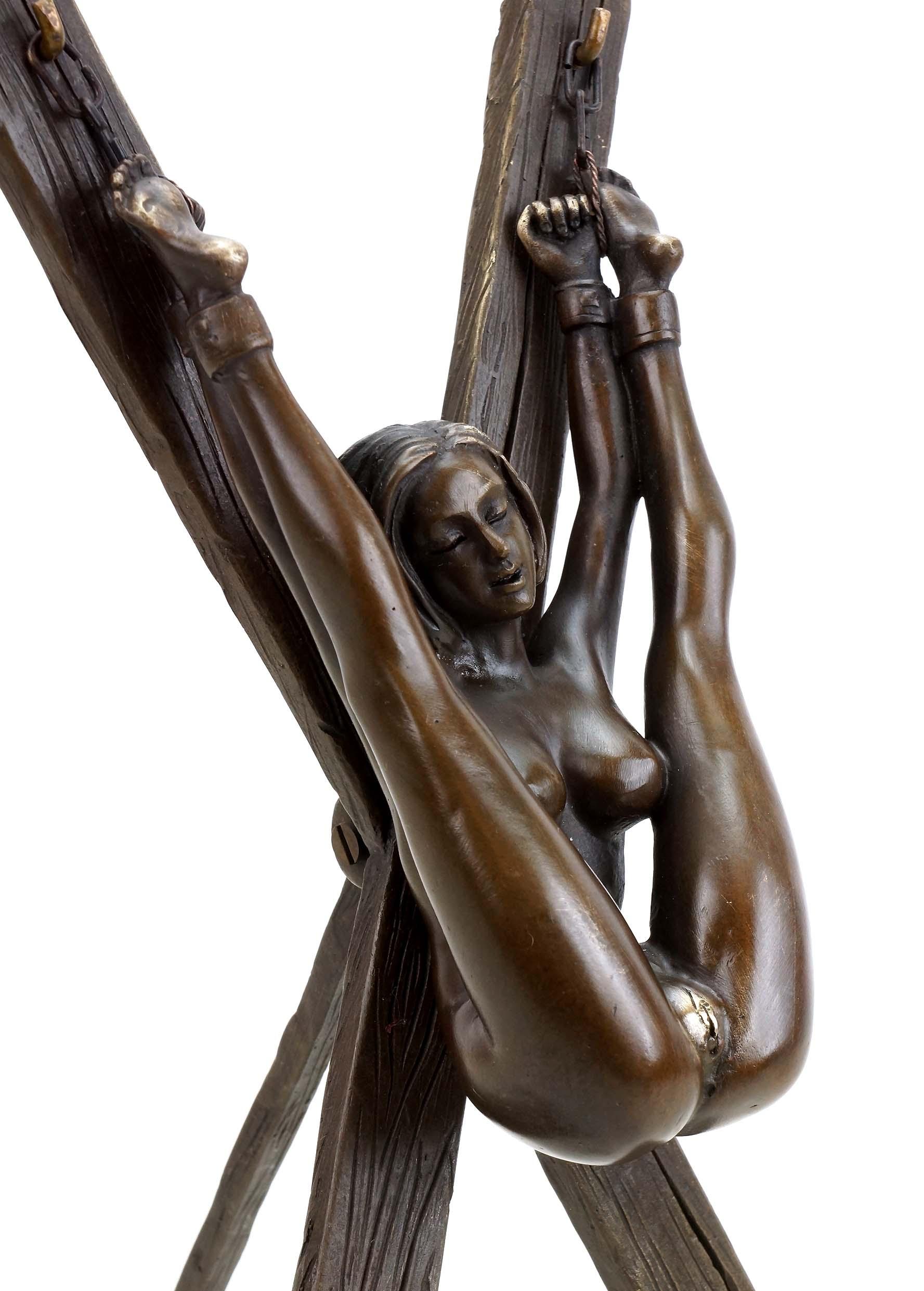 Kreuz gefesselt nackt